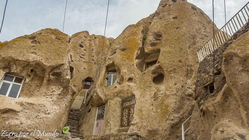 Vista de la casa de piedra